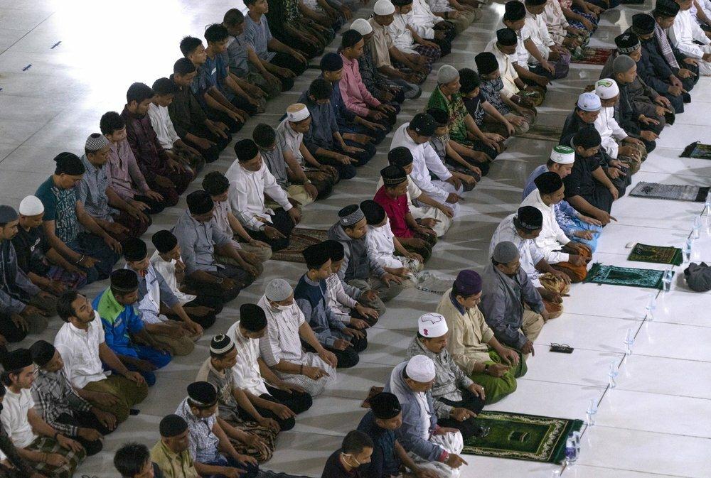 Các tín đồ Hồi giáo cầu nguyện ở thánh đường tại Lhokseumawe, tỉnh Aceh, Indonesia, hôm 28/4. Ảnh: AP