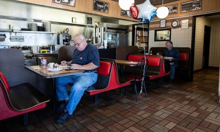 Một nhà hàng ở Georgia mở cửa trở lại hôm 27/4. Ảnh: Reuters.