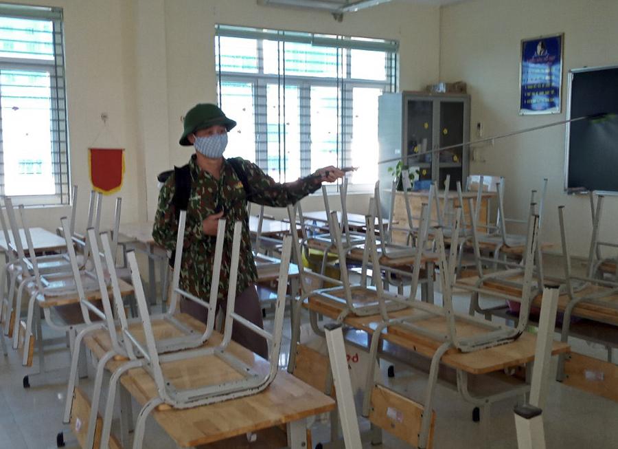 Trường THCS Nguyễn Du thực hiện tổng vệ sinh chiều 29/4. Ảnh: Nguyễn Lý.