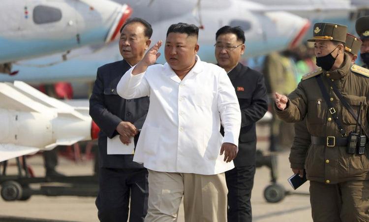 Kim Jong-un (áo trắng) thị sát căn cứ Sunchon hôm 12/4. Ảnh: KCNA.