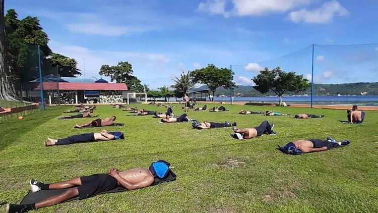 Binh sĩ Thủy quân Lục chiến Indonesia tắm nắng ở Ambon, Maluku, do Bộ Quốc phòng Indonesia công bố hôm 17/4. Ảnh: Bộ Quốc phòng Indonesia