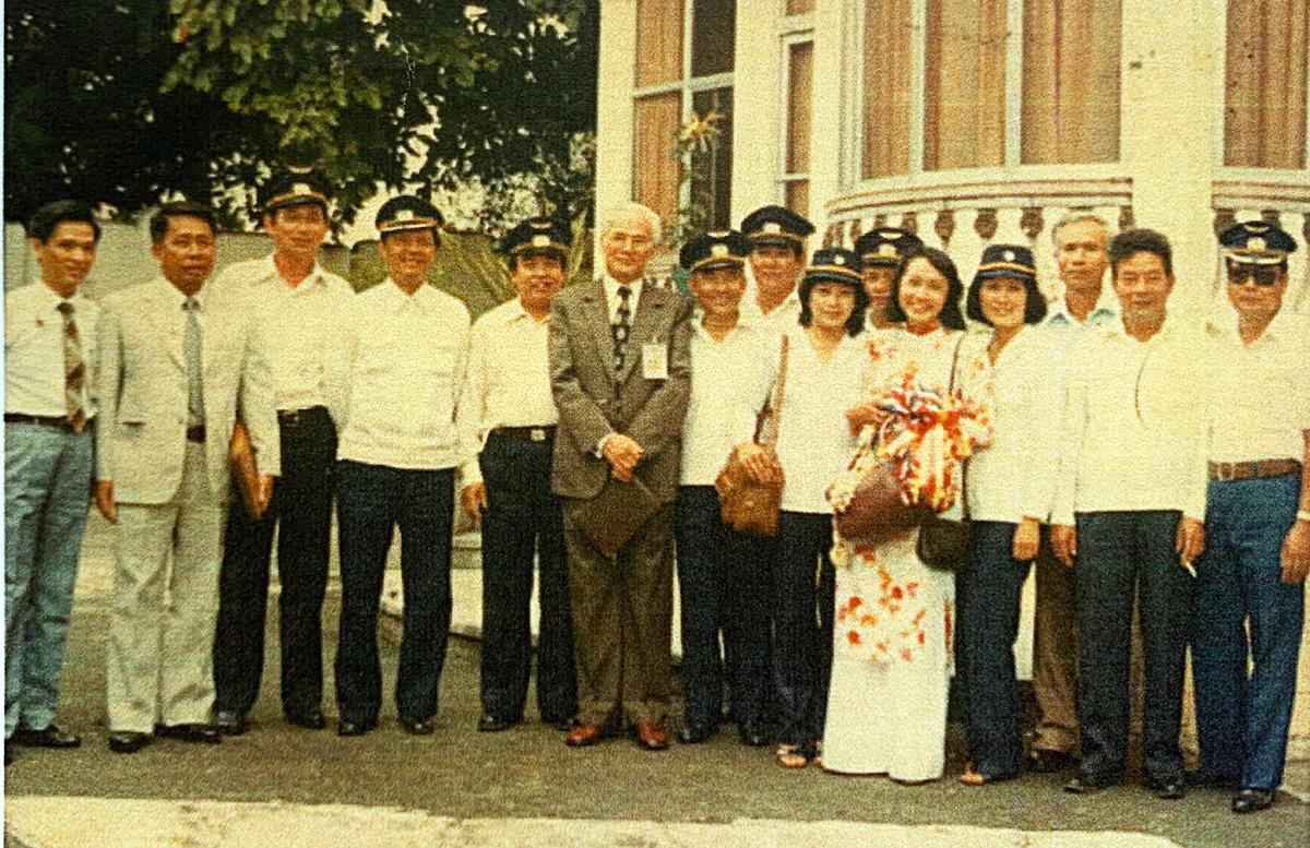 Đoàn Hàng không phía Nam trong một chuyến công tác tại Philippines năm 1980. Nhiều người trong ảnh là nhân viên từng làm cho chính quyền Việt Nam Cộng Hòa sau gắn bó với sân bay Tân Sơn Nhất.Ảnh tư liệu nhân vật cung cấp.