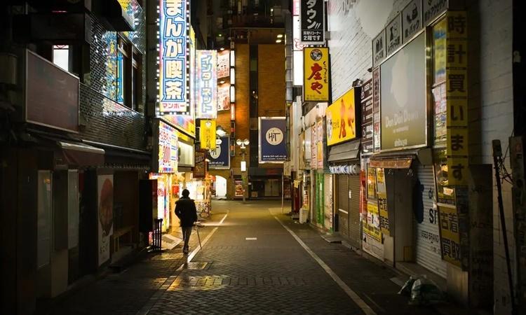 Một con hẻm vắng vào ban đêm ở khu Shibuya, Tokyo. Ảnh: Bloomberg News.Một con hẻm vắng vào ban đêm ở khu Shibuya, Tokyo. Ảnh: Bloomberg News.