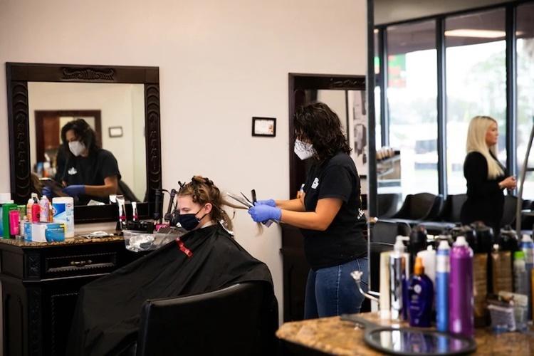 Một salon tóc ở Waycross, Georgia, mở cửa hôm 24/4. Ảnh: Washington Post.