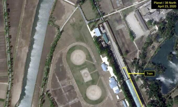 Ảnh vệ tinh chụp đoàn tàu tại Wonsan, Triều Tiên, hôm 23/4. Ảnh: Reuters.