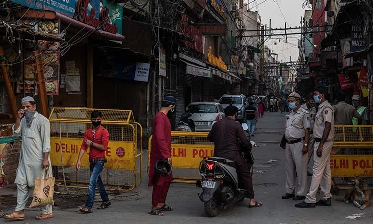 Trạm kiểm soát tại cổng một khu chợ ở thủ đôNew Delhi, Ấn Độ hôm 24/4. Ảnh: NY Times.