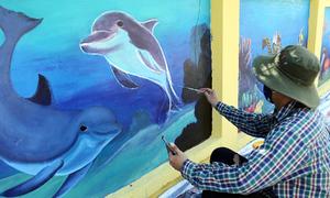 Vẽ bích họa trên tường Viện Hải dương học