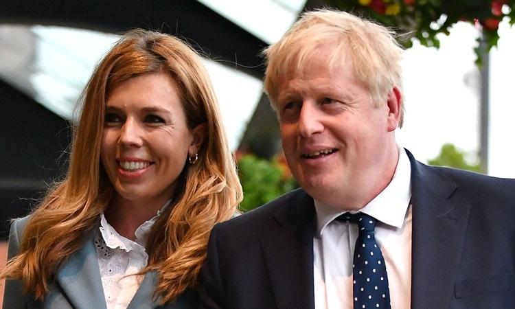 Thủ tướng Anh Boris Johnson và bạn gáiCarrie Symonds. Ảnh: Sky.