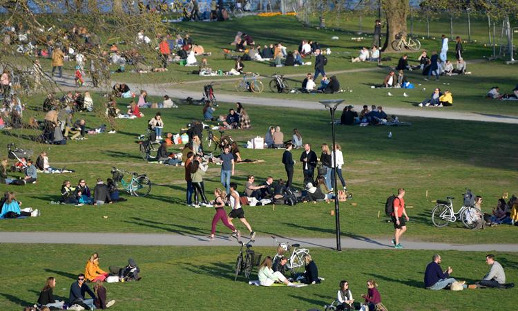 Nhiều người dân Stockholm đổ xô ra công viên tắm nắng hôm 22/4. Ảnh: AFP.
