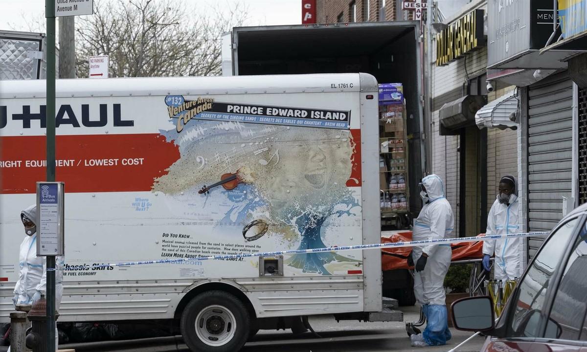 Thi thể được đưa khỏi xe tải bên ngoài nhà tang lễ Andrew T. Cleckley ở New York, Mỹ.