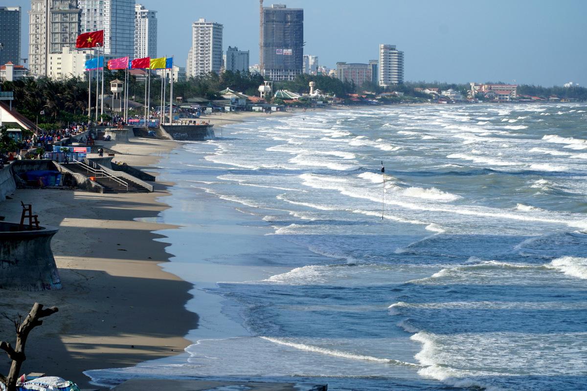 Bãi biển không một bóng người, lúc 16h chiều 30/4. Ảnh: Trường Hà.