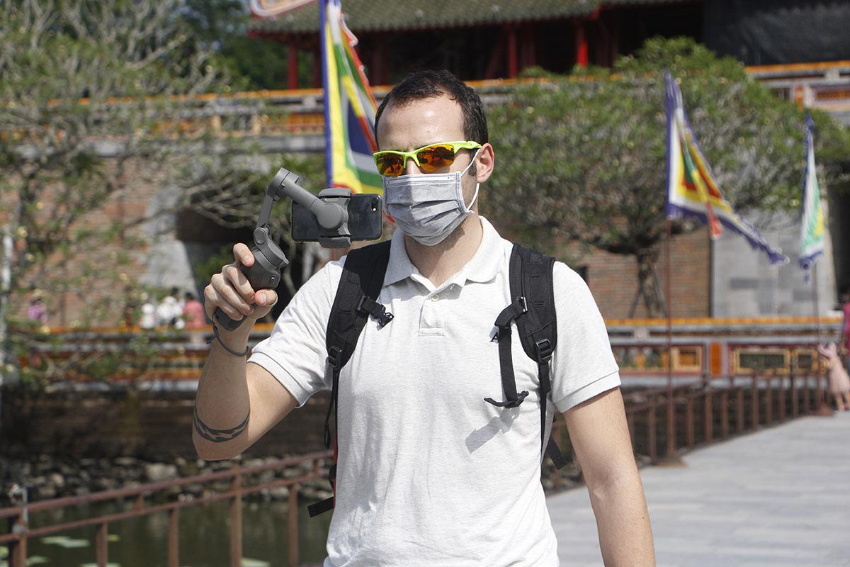 Du khách Tây tham quan Đại nội Huế mang khẩu trang. Ảnh: Võ Thạnh