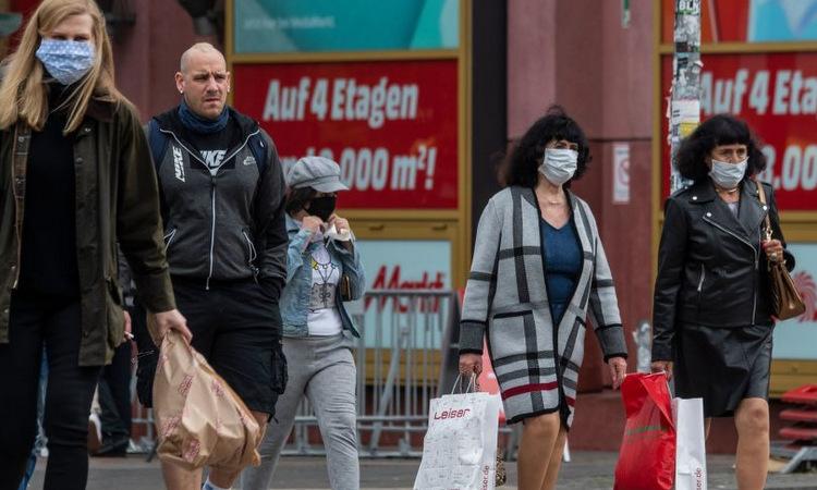 Người dân trên đường phố Berlin hôm 29/4. Ảnh: AP.