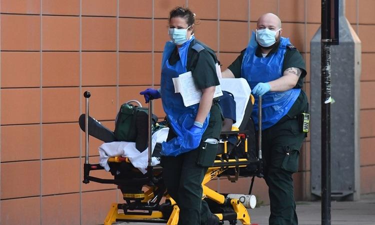 Nhân viên y tế di chuyển bệnh nhân Covid-19 tạiBệnh viện Hoàng gia London ở phía đông London, Anh hôm 21/4. Ảnh: AFP.