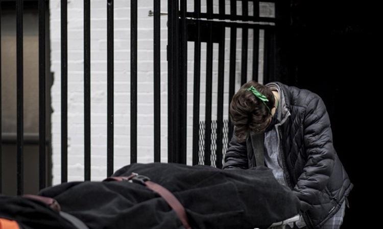 Nhân viên nhà tang lễ di chuyển thi thể bệnh nhân chết vì nCoV vào nhà tang lễ tại khu phố Harlem của thành phố New York hôm 24/4. Ảnh: AFP.