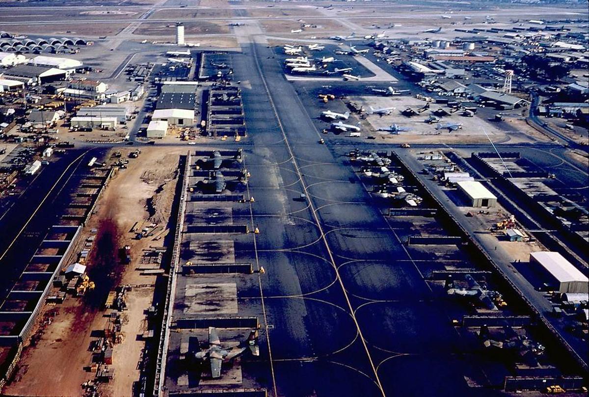 Một góc căn cứ không quân tại Tân Sơn Nhất nhìn từ trên cao, năm 1971. Ảnh: Douglas Elgin.