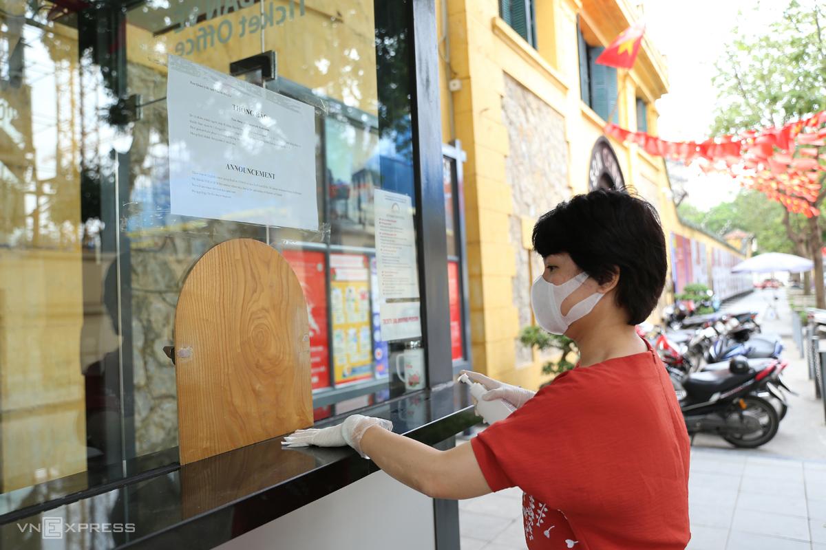 Nhân viên Ban quản lý Di tích nhà tù Hoả Lò khử trùng để phòng dịch bệnh, ngày 10/3. Ảnh: Thái Anh
