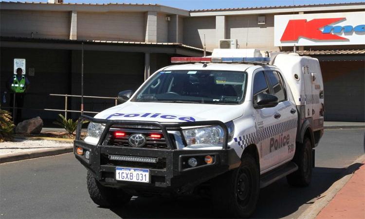 Cảnh sát tới trung tâm thương mại nơi xảy ra vụ đâm dao tại thành phố Port Hedland, ngày 1/5. Ảnh: ABC.
