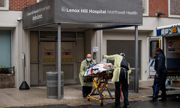 Nhân viên y tế chuyển bệnh nhân Covid-19 tới Bệnh việnLenox Hill ởManhattan, New York, hồi tháng 4. Ảnh: NYTimes.