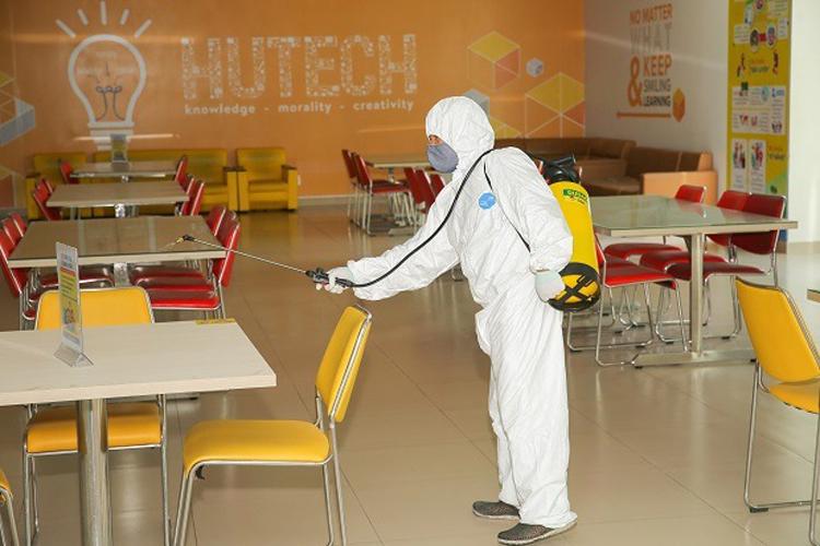 Nhân viên phun thuốc khử trùng, phòng chống nCoV tại trường Đại học Công nghệ TP HCM. Ảnh: Đại học Công nghệ TP HCM.