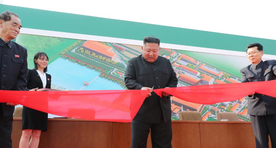 Kim Jong-un (giữa) cắt băng khánh thành nhà máy phân bónSunchon. Ảnh: KCNA.