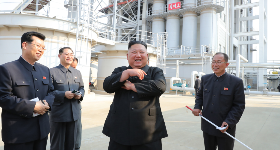 Kim Jong-un (thứ hai từ phải sang) thăm nhà máy phân bón Sunchon gần Bình Nhưỡng ngày 1/5. Ảnh: KCNA.