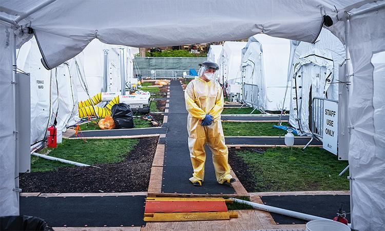 Nhân viên y tế mặc đồ bảo hộ tại bệnh viện dã chiển ở Công viên Trung tâm của thành phố New York, ngày 21/4. Ảnh: AFP.