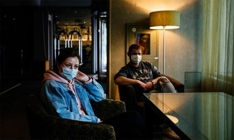 Y tá Anastasia Mishustina (trái) và y sĩ Alexei Manikin (phải) trong sảnh của khách sạn có tên Nhà nghỉ Moskva-Suschevsky, ngày 29/4. Ảnh: AFP.