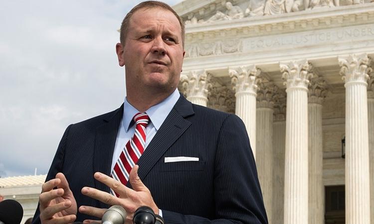 Tổng chưởng lý bang Missouri Eric Schmitt phát biểu trước Tòa án Tối cao Mỹ ở Washington tháng 9/2019. Ảnh: AP.