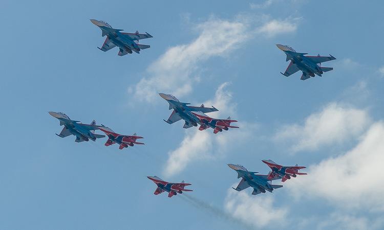 Đội bay Hiệp sĩ Nga và Chim én luyện tập trước lễ Duyệt binh Chiến thắng năm 2019. Ảnh: Bộ Quốc phòng Nga.