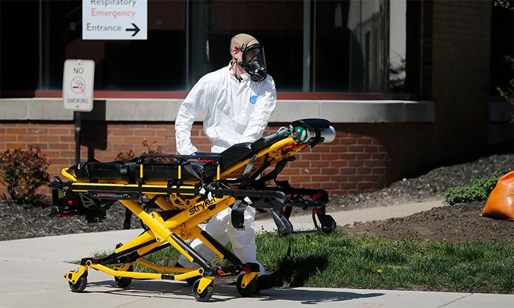 Nhân viên y tế khẩn cấp của Sở cứu hỏa thành phố Cheviot đẩy cáng bên ngoài lối vào khoa cấp cứu của Trung tâm Y tế Đại học Cincinnati, thành phố Cincinnati, bang Ohio, Mỹ, ngày 30/4. Ảnh: Reuters.