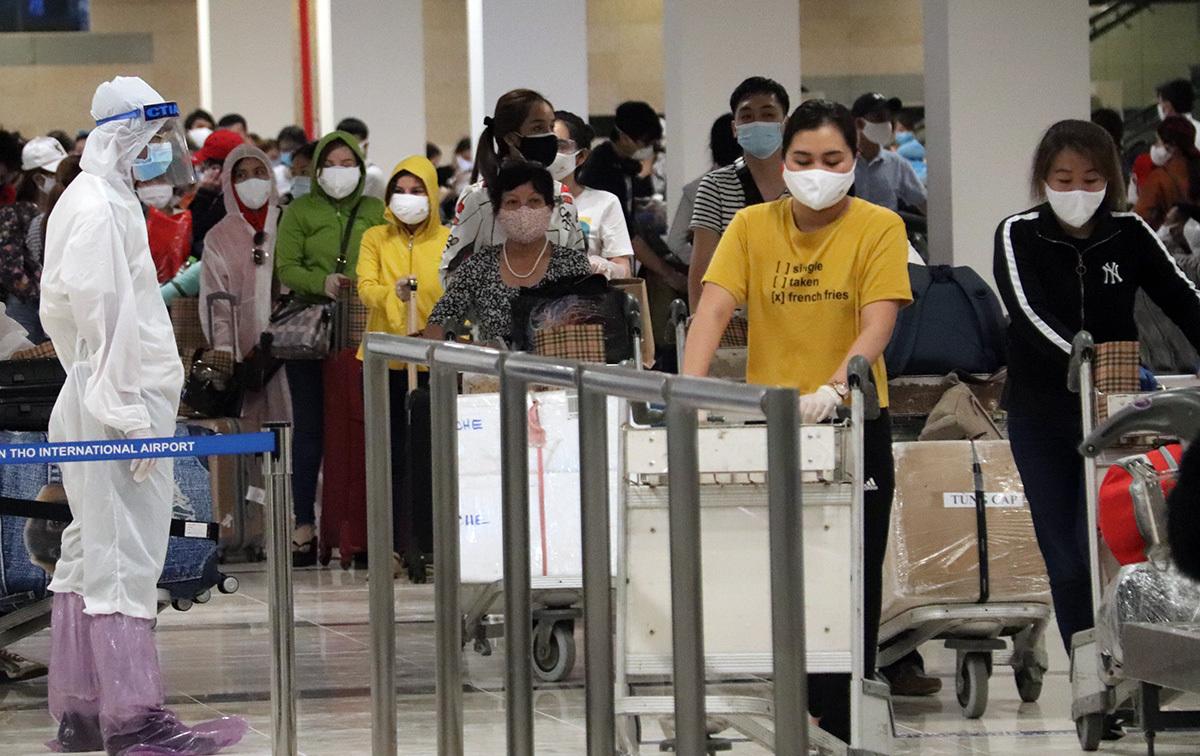 Các hành khách từ UAE về đến sân bay Cần Thơ. Ảnh: Cửu Long