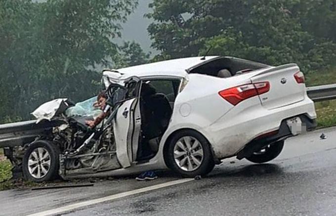 Ôtô 4 chỗ bị hư hỏng nặng, tài xế bị mắc kẹt trong vụ tai nạn liên hoàn trên cao tốc Nội Bài - Lào Cai sáng 1/5. Ảnh:Xuân Sơn.