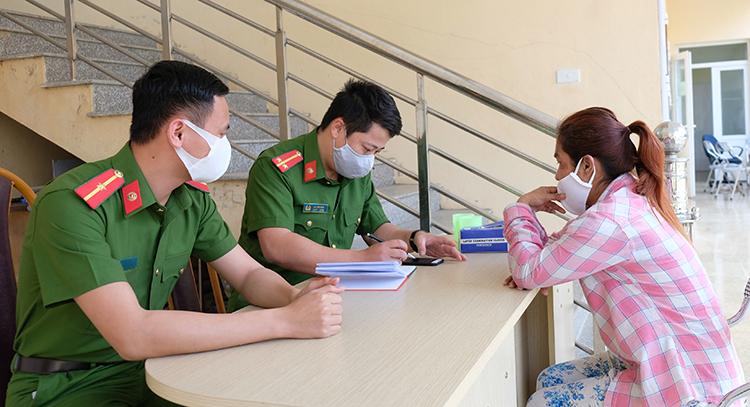 Công an huyện Mường Lát khai thác thông tin nạn nhân. Ảnh: Lam Sơn.