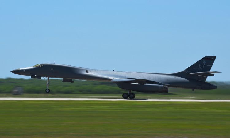 Máy bay B-1B cất cánh lên đường tới Guam hồi tuần trước. Ảnh: USAF.