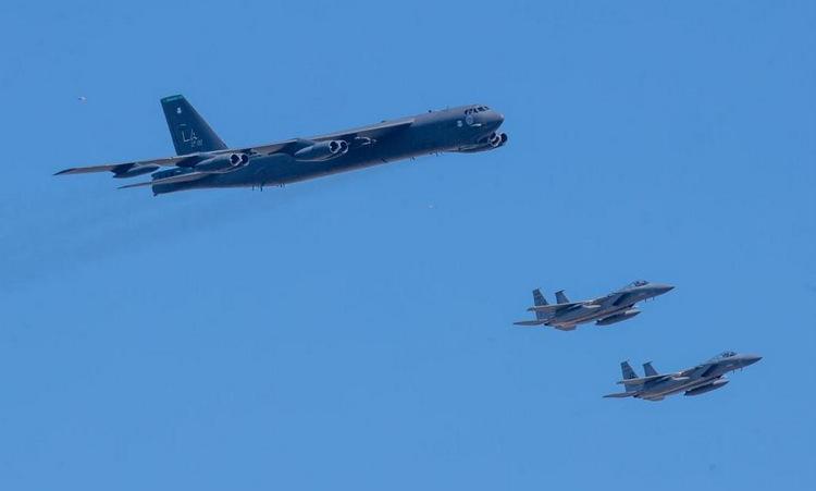 Chiếc B-52 được tiêm kích F-15 hộ tống bay qua New Orleans hôm 1/5. Ảnh: NOLA.