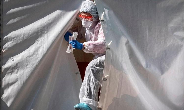 Nhân viên y tế bước ra từ một lều xét nghiệm nCoV ở thủ đô Moskva, Nga, ngày 2/5. Ảnh: Reuters.