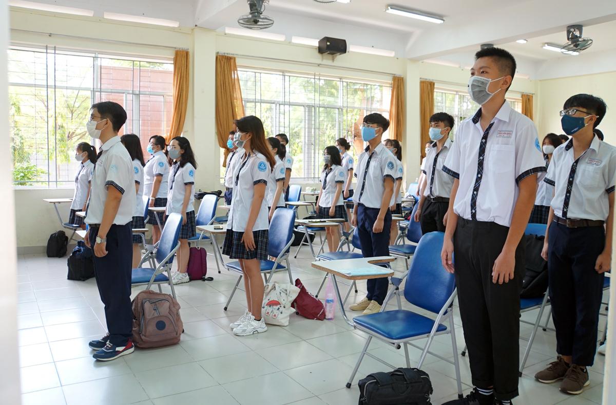 Học sinh trường THPT Trần Văn Giàu chào cờ tại lớp. Ảnh: Mạnh Tùng.