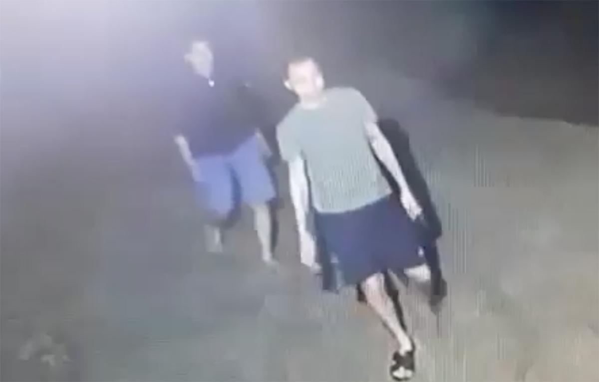Hình ảnh Phong và Quân cầm súng quay lại nhà nghỉ bắn người bị camera ghi lại. Ảnh: Cắt từ video.