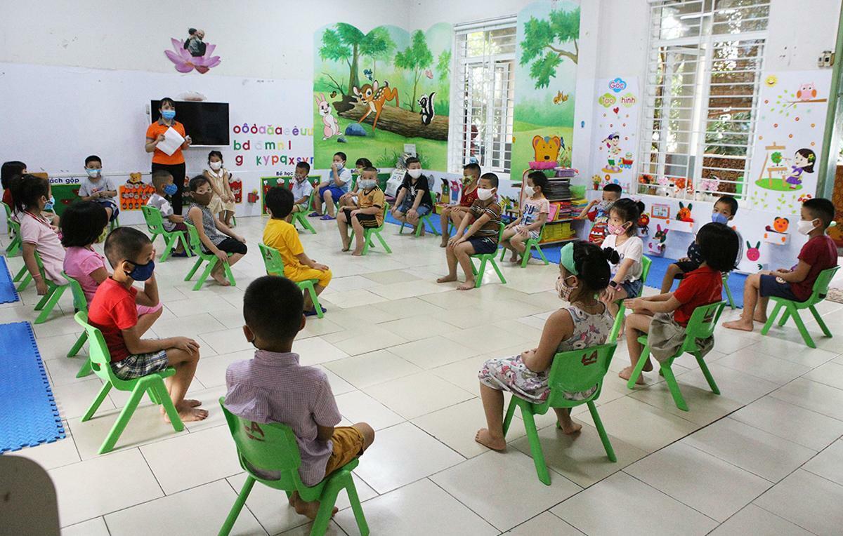 Học sinh trường Mầm non Hoa Sen ngồi giãn cách trong lớp học. Ảnh: Nguyễn Hải.