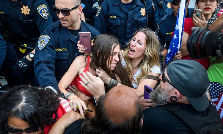 Heidi Munoz Gleisner, ở giữa bên trái vàTara Thornton bị cảnh sát đưa khỏi cuộc biểu tình ởSacramento, ngày 1/5. Ảnh: AP.