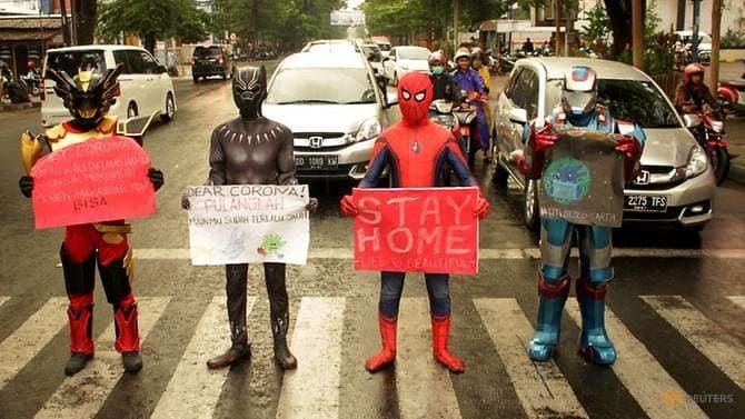 Nhóm siêu anh hùng tuyên truyền thông điệp về Covid-19 tại thành phốMakassar, đảoSulawesi hôm 17/4. Ảnh: Reuters