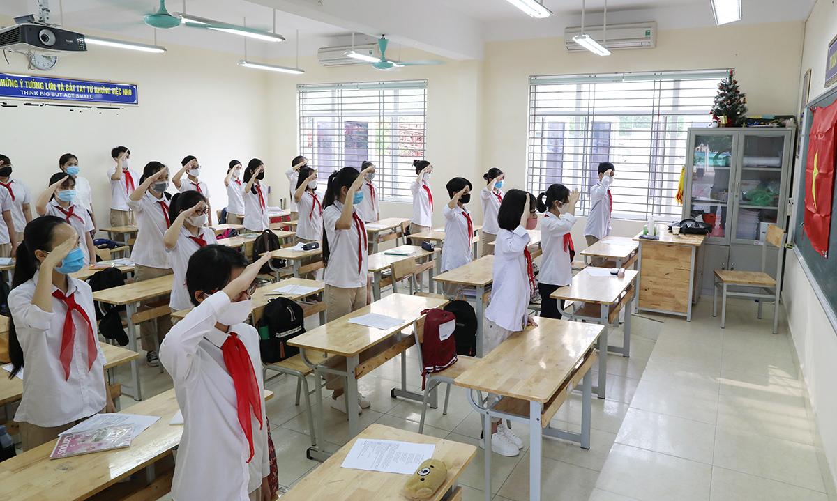 Mỗi học sinh trường THCS Nguyễn Du được bố trí một bàn, sáng 4/5. Ảnh: Ngọc Thành.