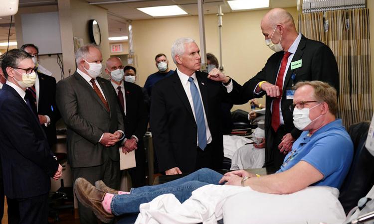 Phó tổng thống Mỹ Mike Pence (cà vạt xanh) là người duy nhất không đeo khẩu trang khi thăm bệnh nhân tại bệnh viện Mayo ở bang Minnesota tuần trước. Ảnh: Reuters.