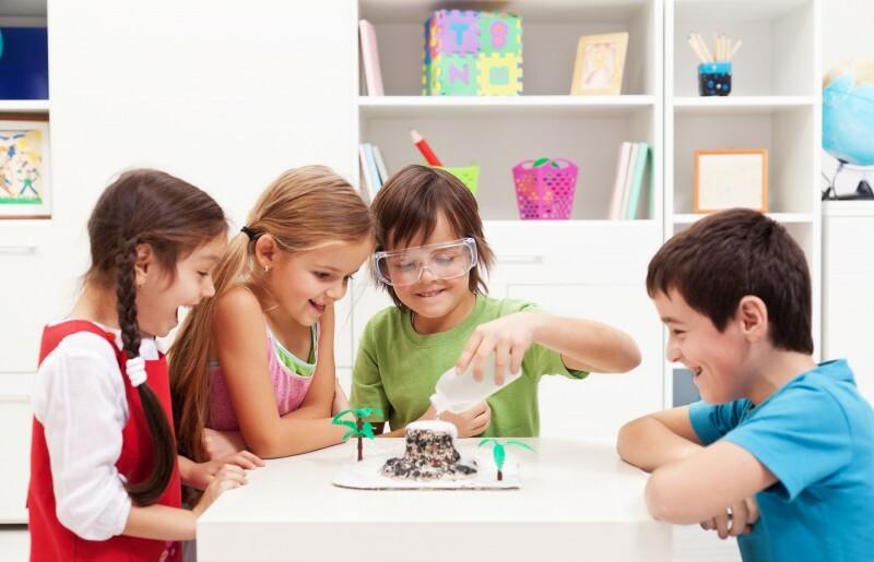 Trẻ thực hành thí nghiệm khoa học giúp kích thích tư duy, trí tò mò.