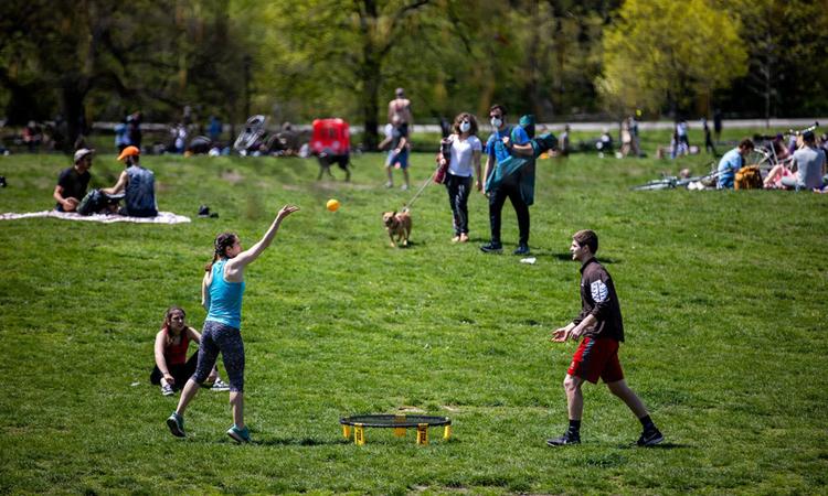 Người dân Mỹ vui chơi ở công viênProspect, Brooklyn, Mỹ, hôm 2/5. Ảnh: NYTimes.