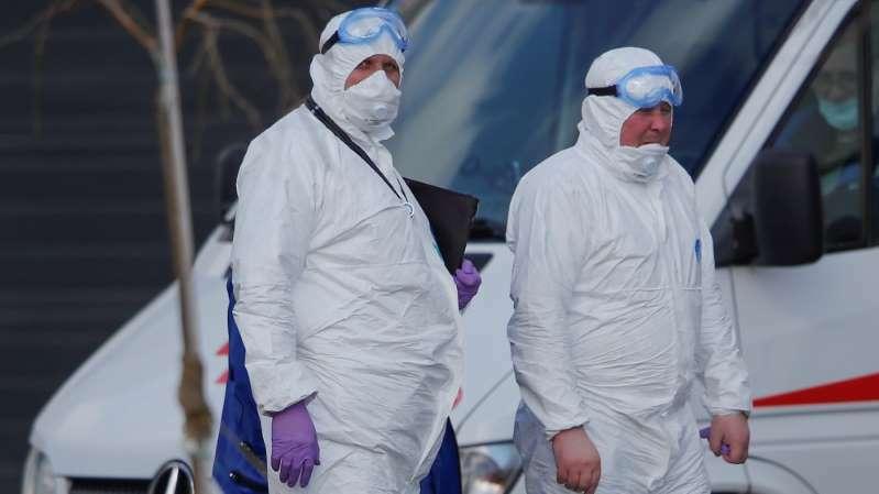 Các nhân viên y tế ở một bệnh viện điều trị Covid-19 ngoại ô Moskva, Nga hôm 23/3. Ảnh: Reuters