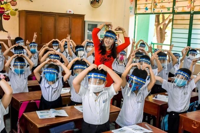 Học sinh và giáo viên trường Tiểu học Núi Thành, Đà Nẵng dùng kính chắn giọt bắn trong buổi học ngày 4/5. Ảnh:Nguyễn Đông.