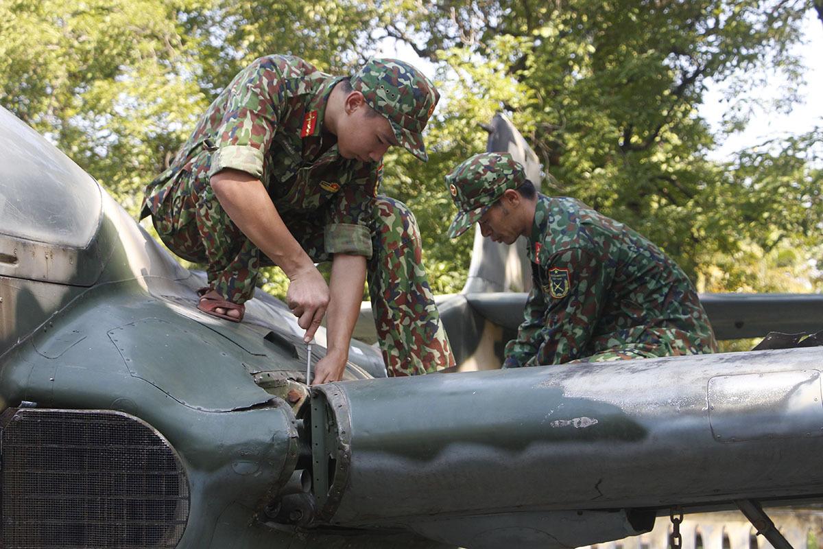 Bộ đội tháo dỡ các bộ phận máy bay. Ảnh: Võ Thạnh