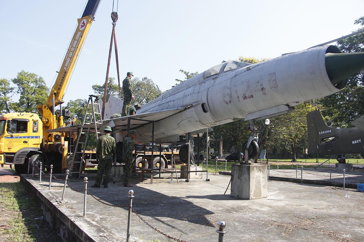 Máy bay, xe tăng sẽ được tháo rời để di dời. Ảnh: Võ Thạnh